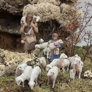 A Belén pastores.  #pessebre #figuresdepessebre #belenes #figura #adornosnavidad #christmas #presepe #jesus #MontserratRibes #god #jesuschrist #handmade #followforfollowback #belenesnavideños #love #likeforlikes #nice #christmas #amazing #dios #presepi #art #escultura #photography #virgin #adorable #cute #love #baby #share #belem #boy