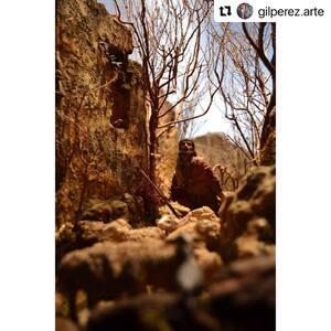 """#Repost @gilperez.arte  ・・・ """"Fueron corriendo y encontraron a María, a José y al niño acostado en el pesebre.Al verlo se pusieron a contar lo que el ángel les había dicho acerca del niño,y todos los que lo oían se admiraban de lo que decían los pastores.""""  Lc 2, 16-18 • Belén 2019 •  #pessebre #figuresdepessebre #belenes #figura #adornosnavidad #christmas #presepe #jesus #MontserratRibes #god #jesuschrist #handmade #followforfollowback #love #likeforlikes #nice #navidad #amazing #dios #presepi #art #escultura #photography #virgin #shop #cute #baby #share #belem"""
